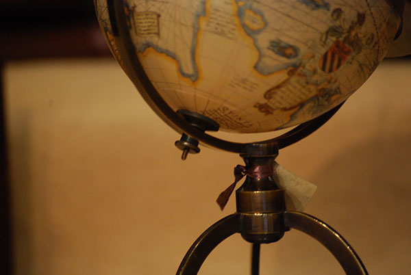 Pequeño globo de mesa con brújula