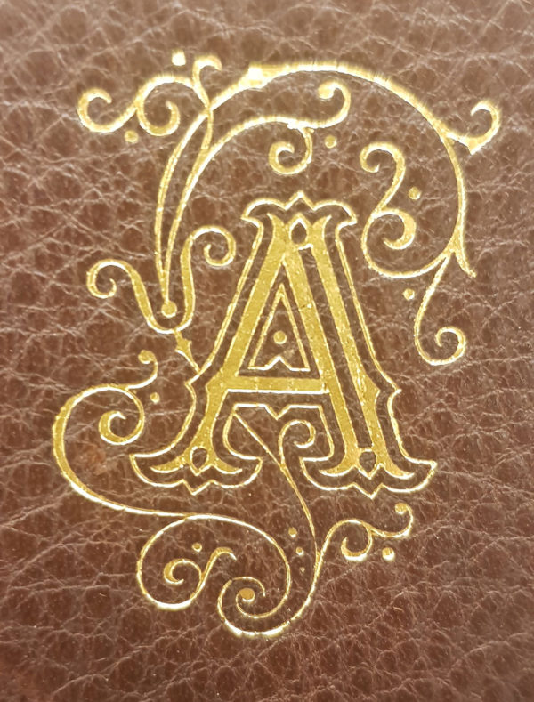Taschenbuch aus Leder mit Monogramm