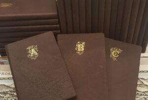 Taschenbücher aus Leder mit goldenem Monogramm
