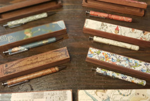 Holzkästchen mit Holzkugelschreiber