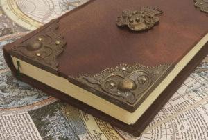 Bücher mit gepunzten Messingbeschlägen mit Buckeln