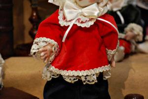 Pinocchio vestito con abiti di velluto rosso