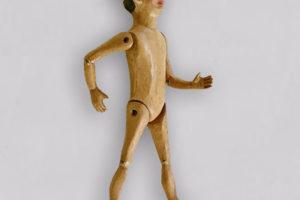 Pinocchio, marionetta in terracotta composta da cinque pezzi snodati decorati a mano