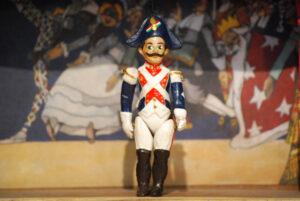 Carabiniere 1, pequeña marioneta en terracota de cinco piezas articuladas decoradas a mano