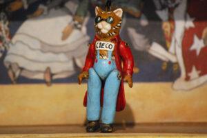 Gatto cieco, marionetta in terracotta composta da cinque pezzi snodati decorati a mano