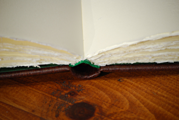 Quaderno grande in pelle con angoli metallici con carta amalfitana