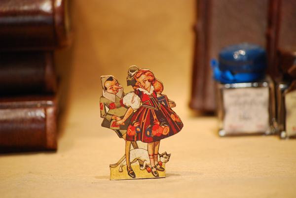 Pinocchio con bambina, piccola sagoma traforata a mano della serie 'Le avventure di Pinocchio'