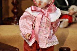 Pinocchio scolaro rosa con occhi di vetro