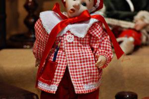 Pinocchio scolaro rosso con occhi di vetro