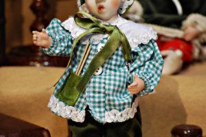 Pinocchio scolaro verde con occhi di vetro