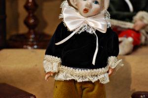 Pinocchio vestito con abiti di velluto blù e giallo