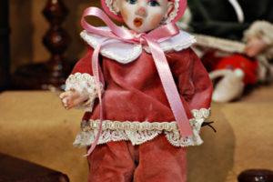 Pinocchio vestito con abiti di velluto rosa