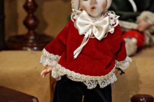 Pinocchio vestito con abiti di velluto rosso e blù con occhi di vetro