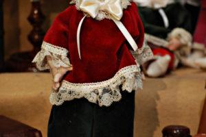 Pinocchio vestito con abiti di velluto rosso con occhi di vetro