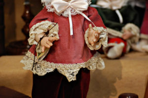 Pinocchio vestito con abiti di velluto rosa con occhi di vetro