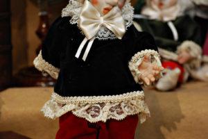 Pinocchio vestito con abiti di velluto blù con occhi di vetro