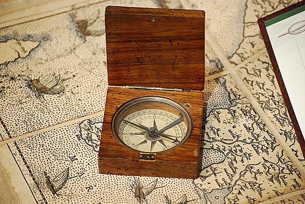 Bussola Lewis & Clark in scatola di legno di rosa