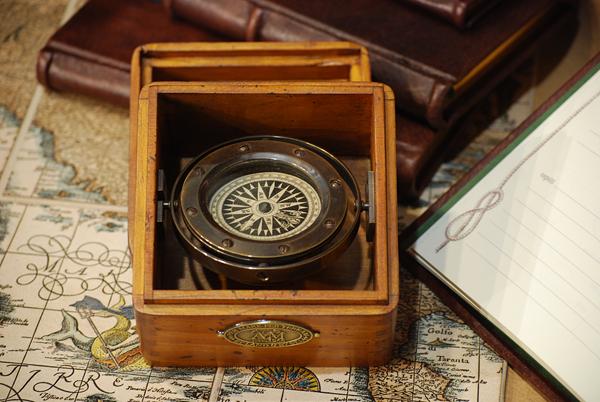Bussola in bronzo, sospesa con scatola di legno