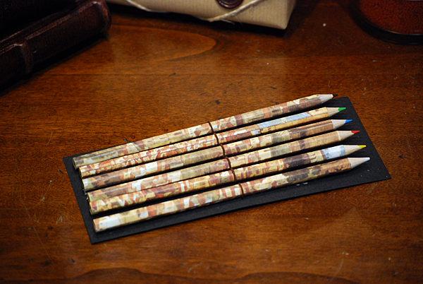La cartella è composta da sei matite colorate rivestite con carta Fiorenza.