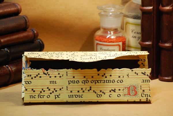 Cartella con un lapis e un matitone multicolore in carta geografica, un temperamatita e una gomma da cancellare raffigurante la