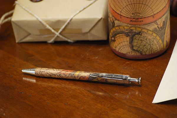 Penna rivestita con carta geografica.