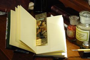 Segnalibro raffigurante la 'Madonna col bambino e angeli' con cornice in oro a caldo