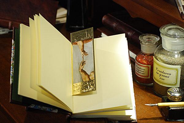 Segnalibro raffigurante un particolare della 'Creazione di Adamo' con cornice in oro a caldo
