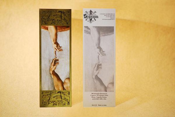 """Segnalibro raffigurante un particolare della """"Creazione di Adamo"""" con cornice in oro a caldo."""