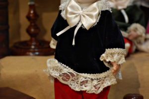 Pinocchio vestito con abiti di velluto blù